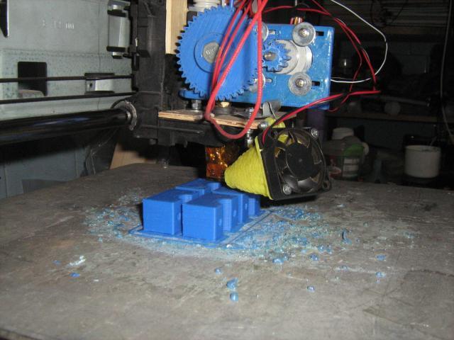 3D nyomtató műanyag alkatrészei nyomtatás közben